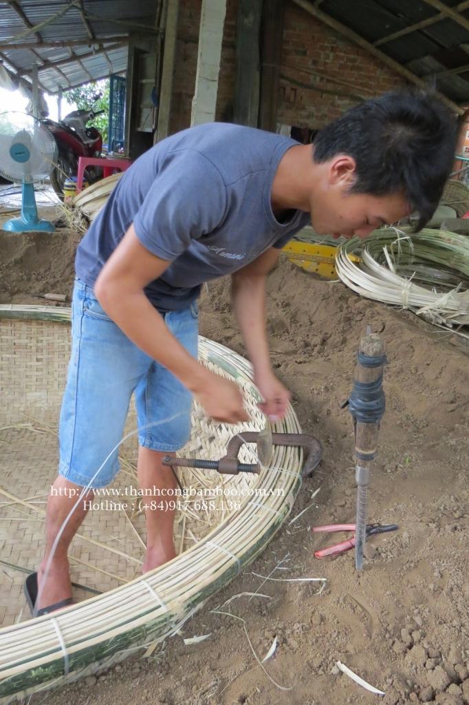 Nứt vành, một công đoạn khó, quyết định độ chắc chắn của thúng chai, đòi hỏi sức đàn ông, dùng cùm và cái dùi để nẹp vành và sỏ dây